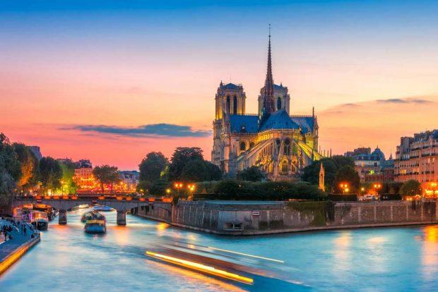 Paris by night en voiture chic et rétro